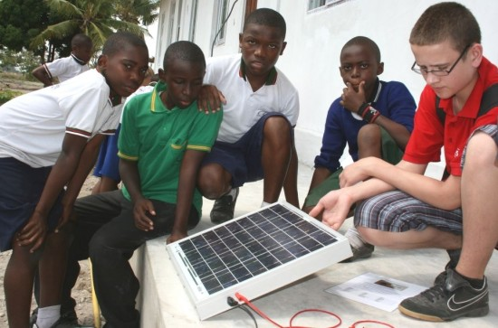 Student from Ahlen explains the principles of solar electricity using a PV panel from Wagner & Co Solar Technology.