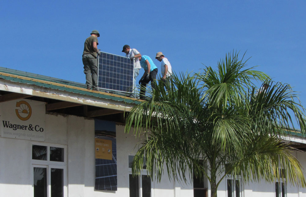 Installation of the photovoltaic panels on the roof of the Mwasama Pre and Primary School in Bagamoyo / Tanzania.