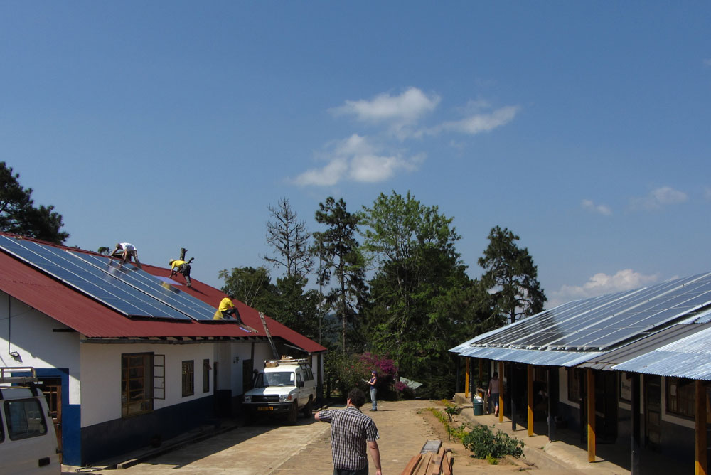 Installation of the photovoltaic panels on the roof of the Lutindi Mental Hospital / Tanzania.